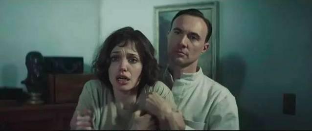 克莉絲汀被關進精神病院(圖片來源:電影《換命謊言》截圖)