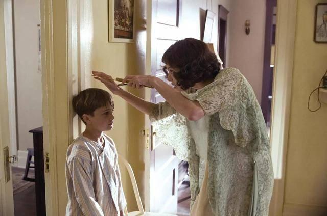 母親與兒子(圖片來源:電影《換命謊言》截圖)
