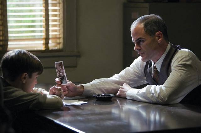 斯坦福在警方的盤問下,認出多名受害男童 (圖片來源:電影《換命謊言》截圖)
