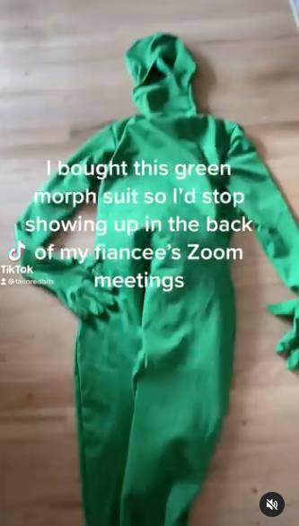 希望自己穿上後,可以在未婚妻使用zoom開會時當一個成功的隱形人。(圖片來源:Instagram@tailoredbits)