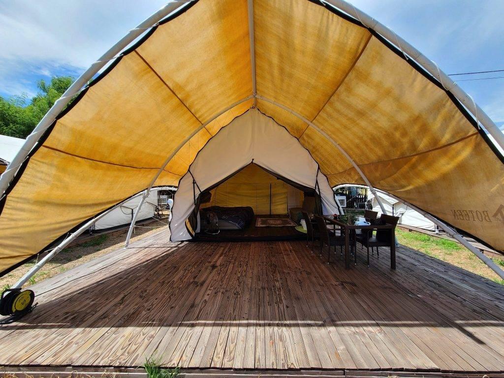 帆船營 | 營地只有一個帆船營,適合一班朋友或家庭入住,設有寬敞戶外及露天空間。 帆船營標準客人數量為6人。 房間配備有2張充氣雙人床,1張梳化床,茶几,坐墊和基本的洗漱用品。