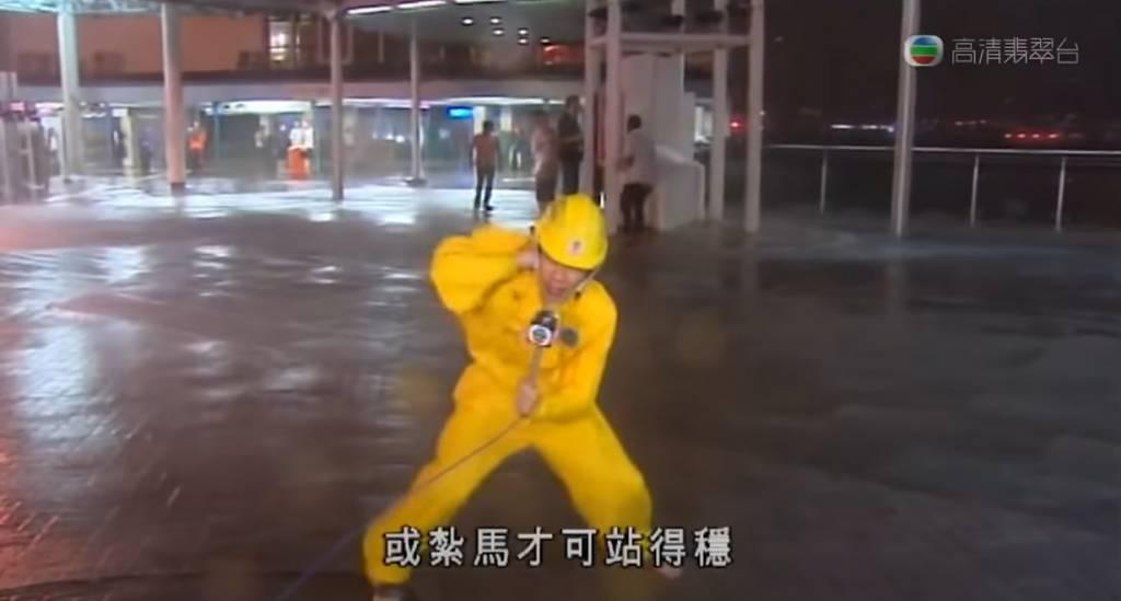 2009年潘蔚林記者於海港城對出,於9號風球下採訪。(圖片來源:TVB截圖)