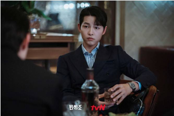 宋仲基在《黑道律師文森佐》中成功飾演意大利黑手黨顧問,回國變成正義又不失可愛的律師(圖片來源:官方網站@tvN/黑道律師文森佐)