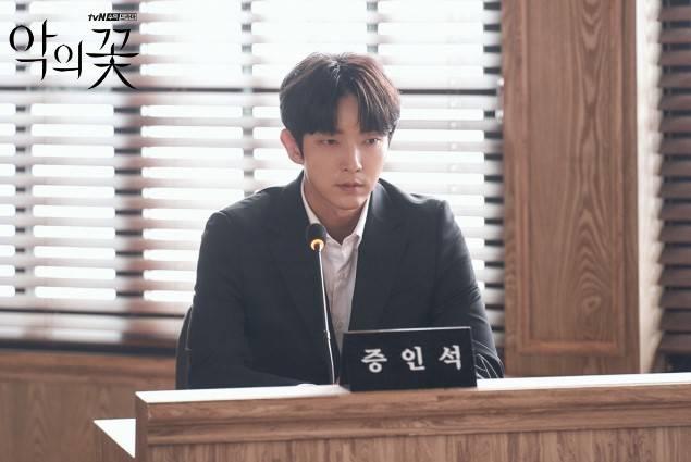 李準基在韓劇《惡之花》秒變臉(圖片來源:官方網站@tvN/惡之花)
