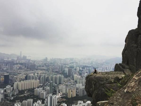 峭壁頂部凸出位置也不宜挑戰,而且要做足安全措施(圖片授權:Vincent Wong)