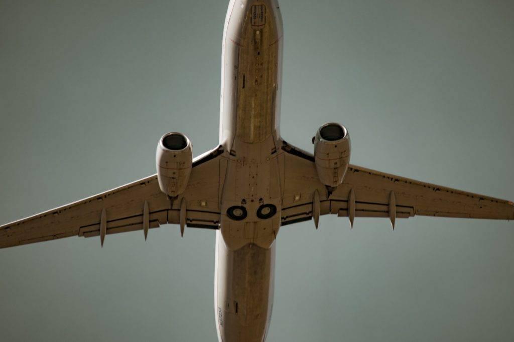 萬一被吸入飛機引擎,那就大件事了!(圖片來源:Steve Halama@Unsplash)
