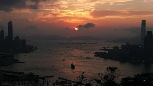 太陽正好室港九兩岸的維港正中間落下