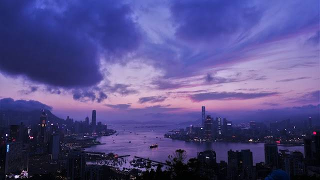 天空由藍變紫,海面由黃轉金,大廈由灰暗冷寞至華燈初上