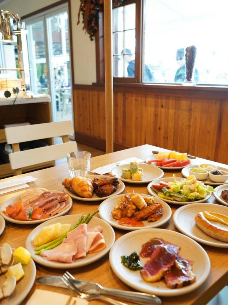 主攻美食的建議坐室內, 因為餐廳的美食會在室內幾個地點密密添加