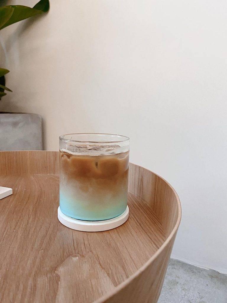 𝐁𝐥𝐮𝐞 𝐋𝐚𝐭𝐭𝐞 $𝟔𝟎 藍色漸層打卡一流🤍底層係藍色藍柑糖漿,加入這一杯凍牛奶咖啡裡,飲落去較一般Latte甜,攪勻後會變成淡抹茶色