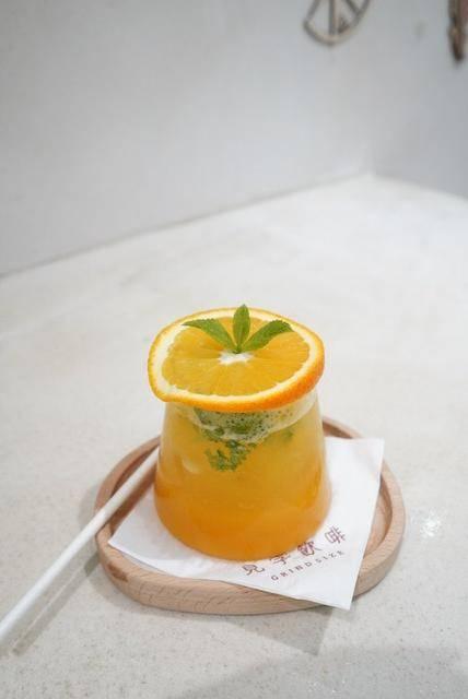 蜜柑薄荷梳打賣相超美的,香橙片配搭蜜柑汁甜美又清新, 夏天喝感覺很refresh!