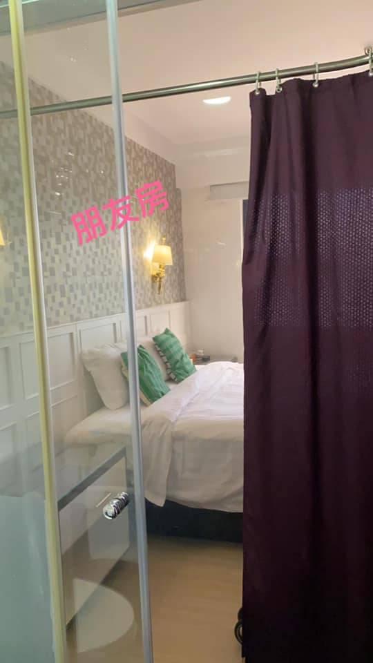 朋友入住相同房型,浴室外設有窗簾。(圖片來源:Facebook群組「香港 Staycation 酒店交流谷」)