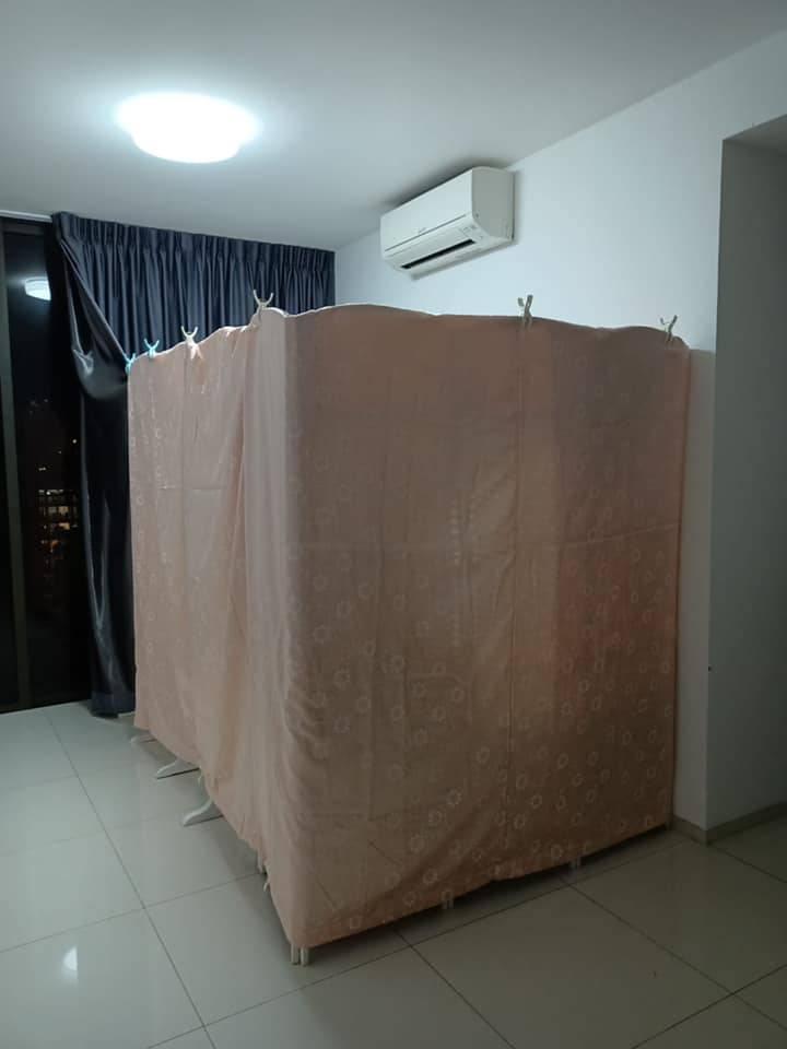 冷氣機則在正上方,而屏風並沒有圍封至天花板,變相要與客廳共用冷氣。(圖片來源:新加坡最大租房群@Facebook)