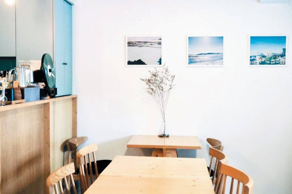 白牆上僅以 Brian 在冰島拍攝的照片裝飾