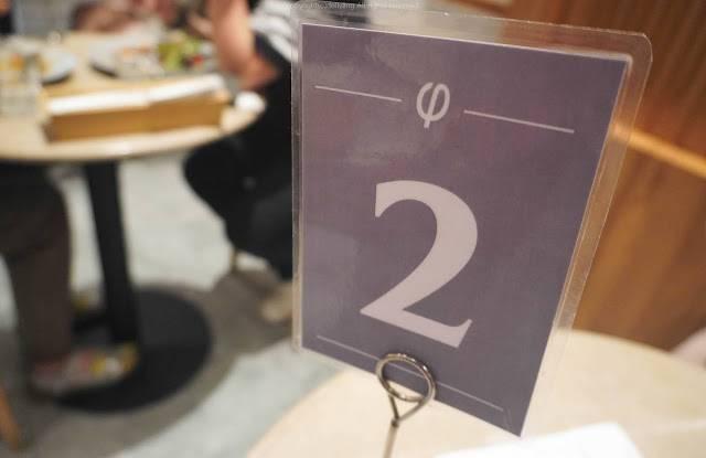 就是在收銀處先點餐和付錢~再回座位等上餐