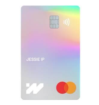 WeLab Debit Card係一張以彩虹色鐳射設計嘅Mastercard,陽光照射下仲會呈彩虹色!