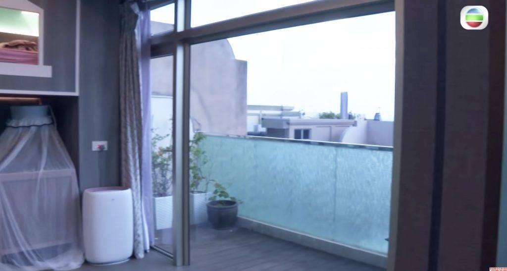 小朋友睡房有一個闊落露台,加上無敵海景,景觀一流﹗(圖片來源:《東張西望》截圖)