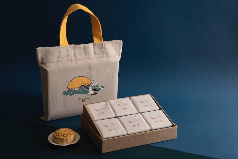 凡購買微熱山丘鳳梨奶黃月餅,即送獨家限量版文青型格麻質布提袋一個。(送完即止)(圖片來源:相關機構提供)
