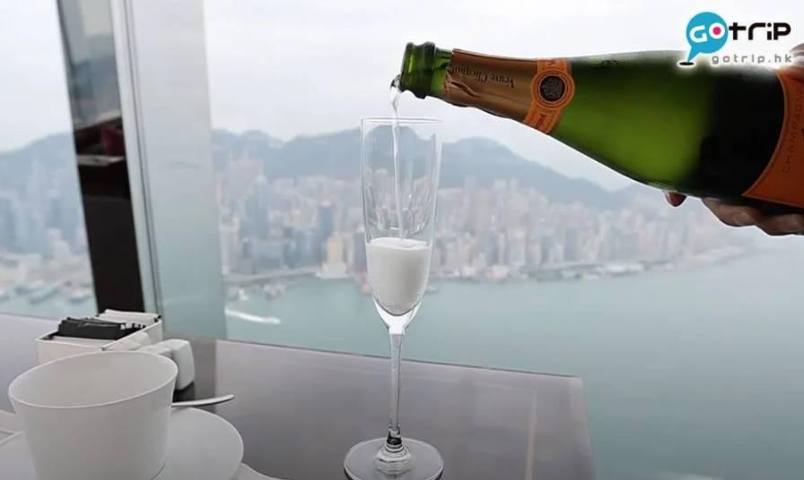 5000元消費券-酒店Staycation篇,圖為位於Ritz-Carlton 酒店102樓的The Lounge and Bar,擁有開揚海景,環境一流! (圖片來源:GOtrip編輯部/AY)
