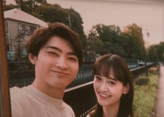 很快便發展成為情侶,村田一度認為眼前的女友就是真命天女。(圖片來源:《爆報!THEフライデー》)
