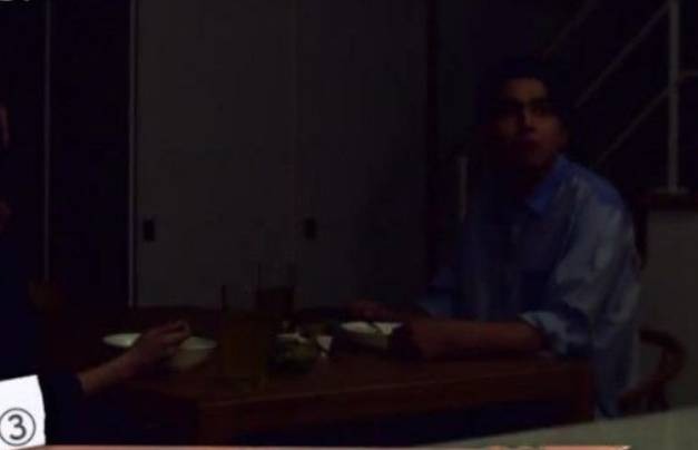 他們在晚飯期間,吃到一半突然全屋停電。(圖片來源:《爆報!THEフライデー》)