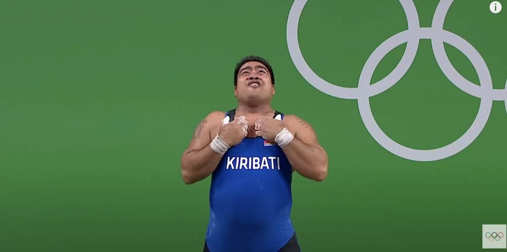 奧運選手舉重失敗後竟大跳開心舞。(圖片來源:YouTube@Olympics)