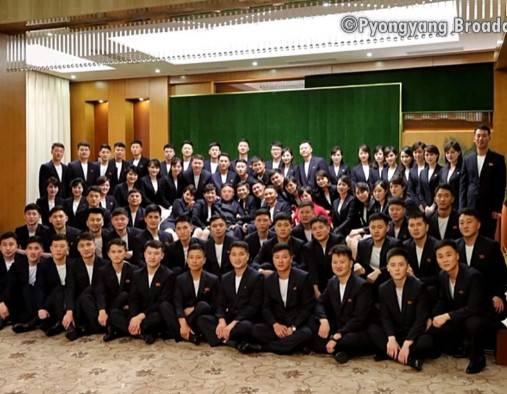 領導人金正恩與多名北韓藝術團成員大合照(圖片來源:朝鮮中央電視台)