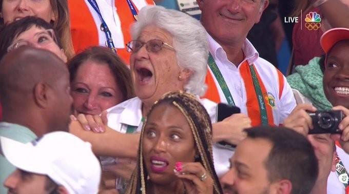 台下的Anna在Wayde奪金一刻非常激動。(圖片來源:Twitter@ NBCOlympics)