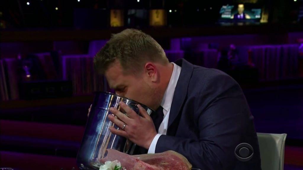 拿起垃圾桶直接嘔吐。(圖片來源:《The Late Night Show》節目截圖)