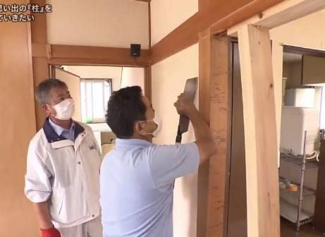 他們先將木柱連接牆壁的上下部分鋸開,專家來到後再用工具把牆壁拆開(圖片來源:《探偵!ナイトスクープ》)
