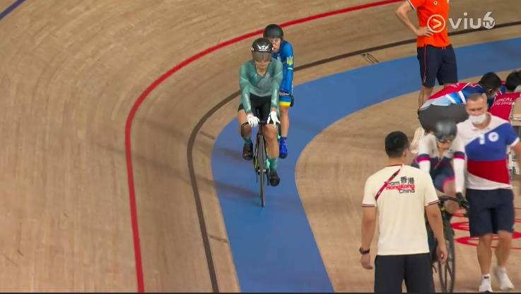 畫面右方為荷蘭選手雲莉遜,最終未能完成賽事。(圖片來源:ViuTV)