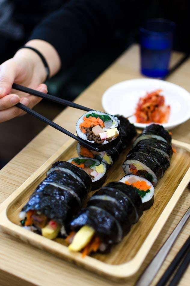 南韓連續爆發大型「食物中毒」事件,是國民美食紫菜包飯惹禍?(圖片來源:unsplash@Filippo Faruffini)