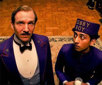 《布達佩斯大酒店》便有Concierge的角色,外套扣上一枚有兩條金鑰匙的徽章。(圖片來源:《布達佩斯大酒店》劇照)