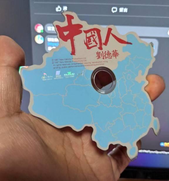 更有網友曬出香港代表歌手劉德華是中國地圖型CD(圖片來源:Twitter@furusho1120)