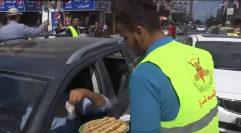 有人開心上街分送免費食物,來分享同胞逃獄的喜悅。(圖片來源:公視新聞網)