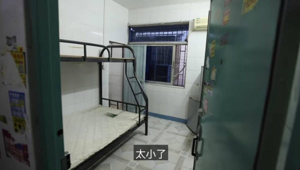一打開門就是睡床。(圖片來源:《20歲了還沒去過星巴克》YouTube)